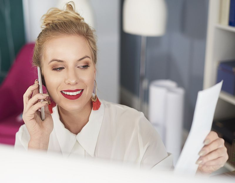 Le personnel d'Euroservices06 répond aux demandes des clients par téléphone