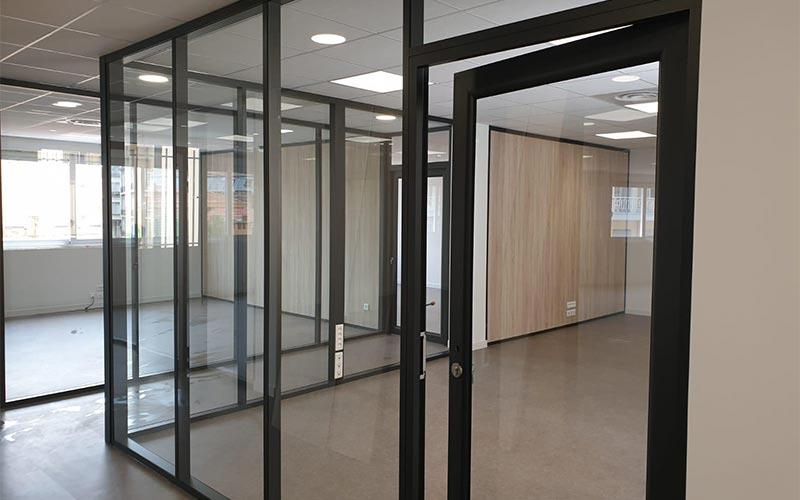 Bureaux aux murs de verre nettoyés après la construction