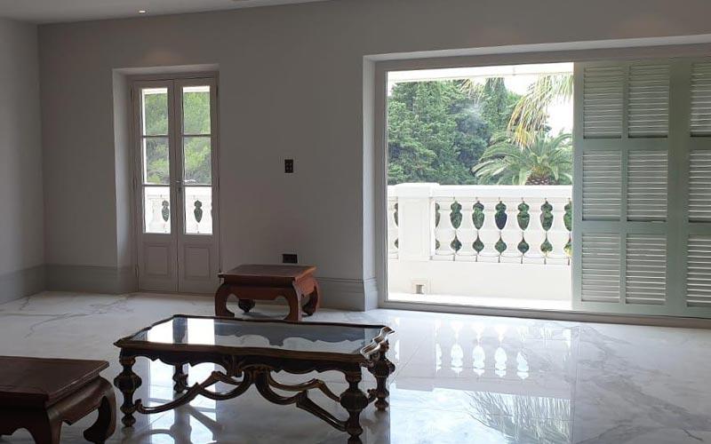 Chambre avec porte de balcon ouverte pour l'aération