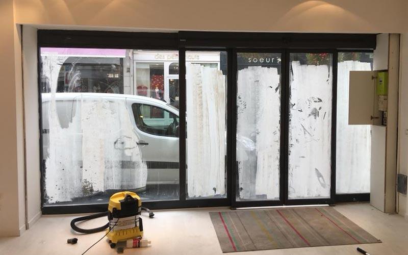Stocker après la construction avec des vitrines shampooing en cours de nettoyage
